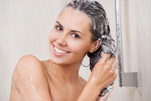 Šampon proti mastným vlasům podporuje mazové žlázy