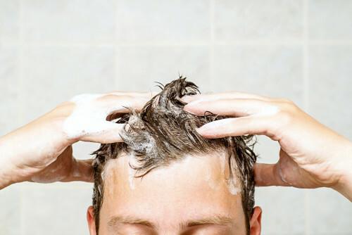 Šampon na mastné vlasy s lupy čerpá z přírody