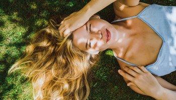 Neničte své vlasy. Jak o ně pečovat v létě?