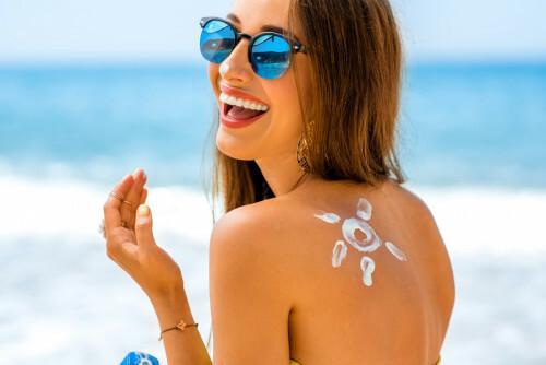Jedete na dovolenou k moři? Tuhle kosmetiku nesmíte zapomenout doma