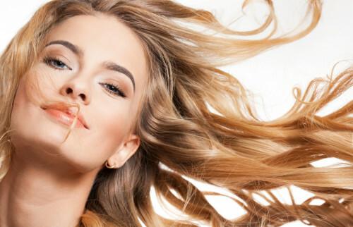 Mytí vlasů nestačí. Naučte se používat kondicionér, balzám a masku