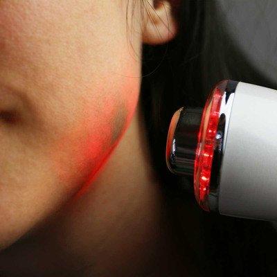 Fotoner - červené světlo na tváři