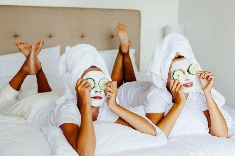 Užijte si pleťovou masku. Může se z ní stát společenský rituál